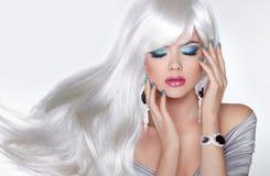 Purpurrotes Make-up und bunte helle Nägel Langes Haar Blondes Mädchen mit weißer gewellter Frisur herein Lizenzfreie Stockfotos