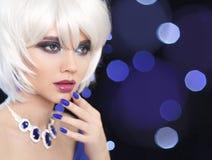 Purpurrotes Make-up und bunte helle Nägel Manicured Nägel Bob Blond Girl arbeiten Sie Schmucksachen um Lizenzfreie Stockbilder