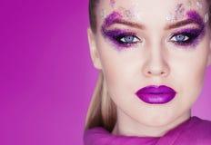 Purpurrotes Make-up und bunte helle Nägel Purpurrotes Make-up und bunte helle Nägel Schönes Mädchennahaufnahmeportrait Stockbild