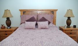 Purpurrotes Schlafzimmer stockfotografie