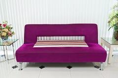 Purpurrotes Sofa in der Vorhalle Stockfotografie
