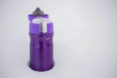 Purpurrotes thermocup mit heißem Tee im Schnee Stockfotos