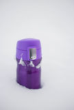 Purpurrotes thermocup mit heißem Tee im Schnee Stockbild