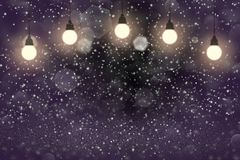 Purpurrotes wunderbares glänzendes bokeh Glühlampen der Funkelnlichter defocused abstrakter Hintergrund mit Funken fliegen, festa lizenzfreie abbildung