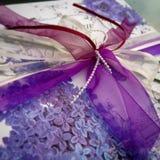 purpurt omslag för gåva Arkivfoton