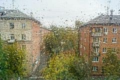 purpurt regnfönster arkivfoto