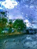 purpurt regnfönster arkivbilder