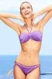 purpurt sexigt för bikinikvinnlig Royaltyfria Bilder