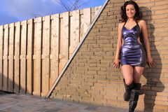 purpurt sexigt slitage för härlig brunettklänning royaltyfri fotografi