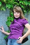 purpurt slitage för blusmodeflicka arkivfoton