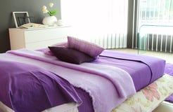 Purpurt sovrum i morgonlampa arkivbilder
