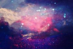 Purpury błyskotliwość zaświeca tło defocused zdjęcia stock