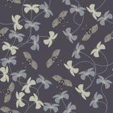 Purpury deseniują z kwiatami i śliczną motyl sylwetką Zdjęcie Stock