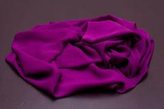 Purpury, fiołek oferta barwili tkaninę, elegancja pluskoczący materiał Zdjęcia Stock
