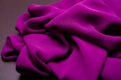 Purpury, fiołek oferta barwili tkaninę, elegancja pluskoczący materiał Zdjęcie Stock