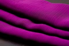 Purpury, fiołek oferta barwili tkaninę, elegancja pluskoczący materiał Obrazy Stock
