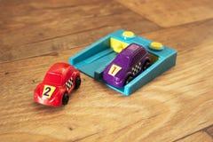 Purpury 5 I Czerwony Bieżny samochód Zdjęcia Stock