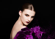 Purpury malują pluśnięcie nad piękna makeup modela dziewczyną Zdjęcia Stock
