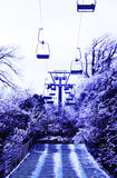 Purpury marzą na śnieżnych wagonach kolei linowej i górach Obrazy Stock