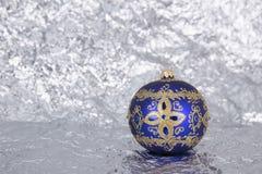 Purpury z srebnych wzorów piękną szklaną choinką bawją się o Obraz Stock