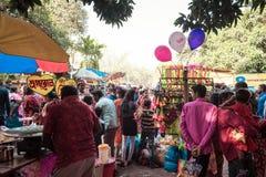 Purulia, West-Bengalen, India, Mei 2017 - de Mensen verzamelden zich bij een Dorpsmarkt in Landelijk India Het is zeer gemeenscha royalty-vrije stock fotografie