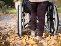Pusching wózek inwalidzki Obrazy Royalty Free