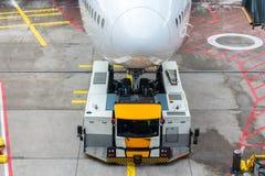 Push-Back dell'aeroplano del Jumbo-jet Fotografie Stock Libere da Diritti