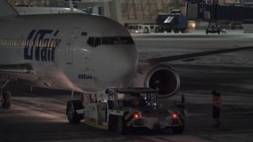 Push-Back dell'aeroplano di Utair Vista di notte all'aeroporto di Vnukovo a Mosca, Russia archivi video