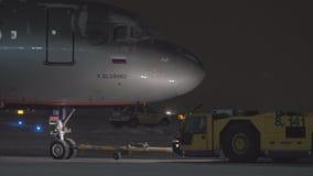Push-Back di Airbus A320 alla notte di inverno archivi video