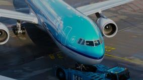 Push-Back di KLM Boeing 777 dal terminale di aeroporto di Schiphol 1 stock footage
