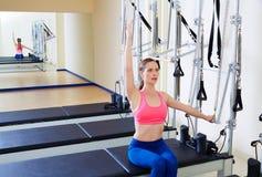 Push för sida för Pilates världsförbättrarekvinna till och med övning arkivfoto