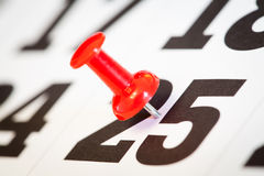 Push-pin no calendário. Close-up. Fotos de Stock Royalty Free