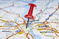 Push-pin vermelho introduzido no mapa rodoviário Fotos de Stock Royalty Free