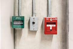 Pushen drar in ner strömbrytaren i fall att av brand och frigörarströmbrytaren för nöd- dörr royaltyfri fotografi