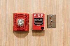 Pushen drar in ner strömbrytaren i fall att av brand, uttag för telefonstålar och arkivbild