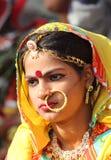 公平印第安女孩Pushkar的骆驼画象  免版税库存图片
