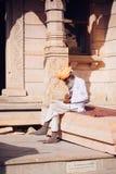 PUSHKAR, INDE - équipez 16 janvier 2017 se reposer sur la rue dans l'Inde Images stock