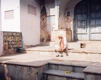 PUSHKAR, INDIA - 16 januari, de Mensenzitting van 2017 op de straat in India Stock Fotografie