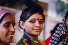 PUSHKAR, INDIA - 16 januari, de Vrouw van 2017 het drinken masalathee op s Stock Foto