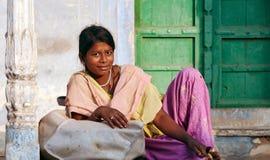 PUSHKAR INDIA, LISTOPAD, - 21: Młoda uśmiechnięta indyjska kobieta na Fotografia Stock