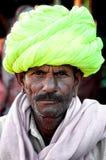 PUSHKAR INDIA, MARZEC, - 03, 2013: Niezdefiniowany mężczyzna z wąsem i colourful turbanu portretem Zdjęcia Stock