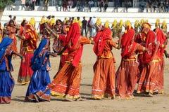 Indische meisjes die bij Pushkar kameelmarkt dansen Stock Afbeelding