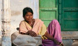 PUSHKAR, INDIA - NOVEMBER 21: Jongelui die Indische vrouw op glimlachen Stock Foto's