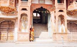 PUSHKAR, INDIEN - 16. Januar 2017 Frau, die herein auf der Straße herein steht Stockfoto
