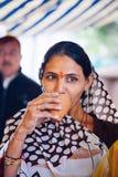 PUSHKAR INDIEN - JANUARI 16, 2017 kvinna som dricker masalate på set Royaltyfria Foton