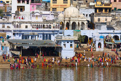 PUSHKAR INDIEN - NOVEMBER 18: folk på den rituella tvagningen i den heliga laken på November 18,2012 i Pushkar, Indien Ett rituel Arkivfoto