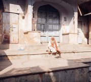 PUSHKAR, la INDIA - sirva 16 de enero de 2017 sentarse en la calle en la India Imagen de archivo