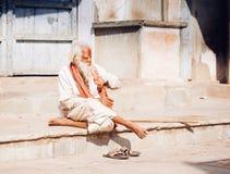 PUSHKAR, la INDIA - sirva 16 de enero de 2017 sentarse en la calle en la India Fotos de archivo