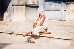 PUSHKAR, la INDIA - sirva 16 de enero de 2017 sentarse en la calle en la India Imagenes de archivo