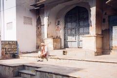 PUSHKAR, la INDIA - sirva 16 de enero de 2017 sentarse en la calle en la India Foto de archivo libre de regalías